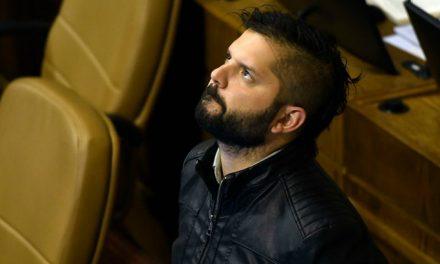 Boric es acorralado en Santiago uno y es funado por familiares de presos políticos