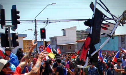 «INADMISIBLE HUMILLACIÓN»: marcha anti migrantes deja reacciones contra quema de enseres en  calles de Iquique
